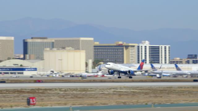 delta boeing-757 takes off from lax, daytime - västerländsk text bildbanksvideor och videomaterial från bakom kulisserna