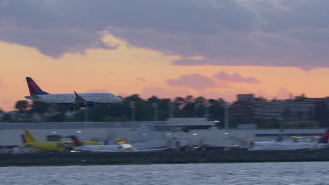 delta commercial plane landing in laguardia airport in new york city at twilight - business travel stock videos & royalty-free footage