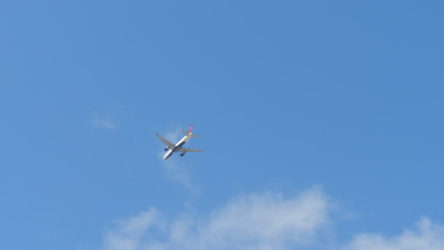delta plane flying in the sky amid the 2019 coronavirus pandemic. - mid air stock videos & royalty-free footage
