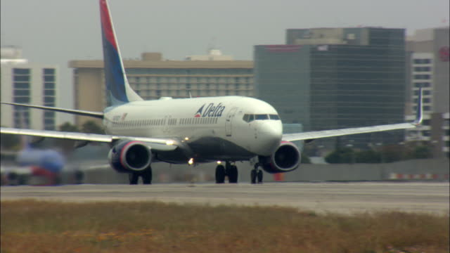 ms, ts, ws, delta plane taking off from los angeles international airport, los angeles, california, usa - delta air lines stock-videos und b-roll-filmmaterial