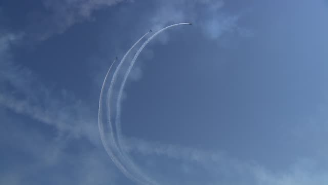 delta team creating formation in the airthe 2013 chicago air and water show attracted 1.7 million spectators. delta team creating formation in the... - chicago air and water show stock videos & royalty-free footage
