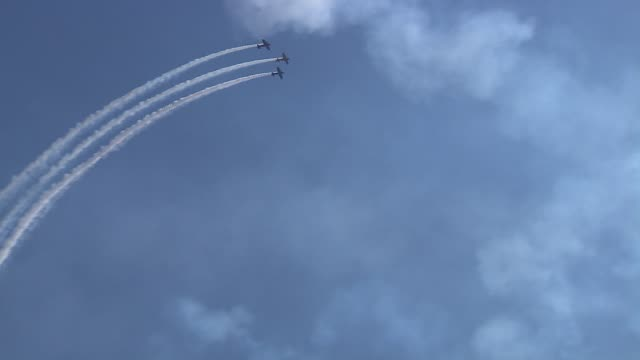delta team, flying extra 300 aircrafts, creating formation in the airthe 2013 chicago air and water show attracted 1.7 million spectators. delta team... - chicago air and water show stock videos & royalty-free footage