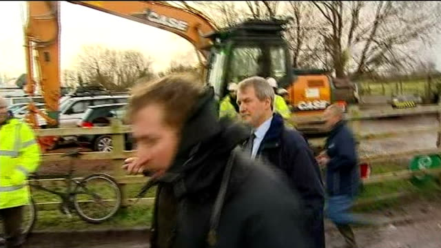 demands for more serious action on climate change issues t27011410 / tx ext various shots owen paterson mp along with others visiting northmoor... - オーウェン・パターソン点の映像素材/bロール