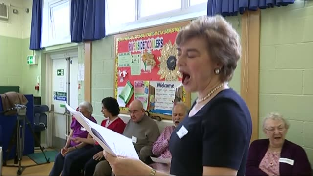 charities trying to spread word that life doesn't end when dementia is diagnosed; england: berkshire: int **music heard sot** woman leading singing... - リチャード・パロット点の映像素材/bロール