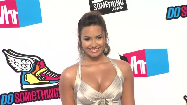 demi lovato at the 2011 vh1 do something awards at hollywood ca - vh1 stock-videos und b-roll-filmmaterial