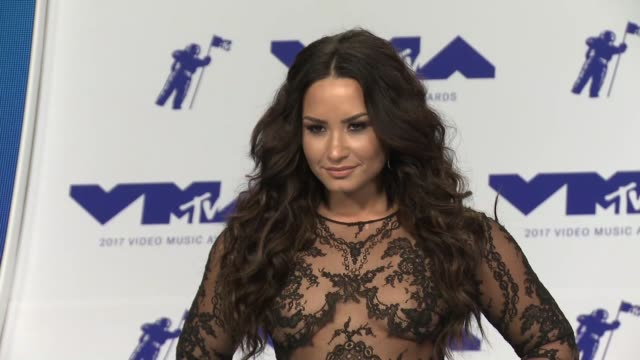 demi lovato at the 2017 mtv video music awards at the forum on august 27 2017 in inglewood california - 2017 stock-videos und b-roll-filmmaterial