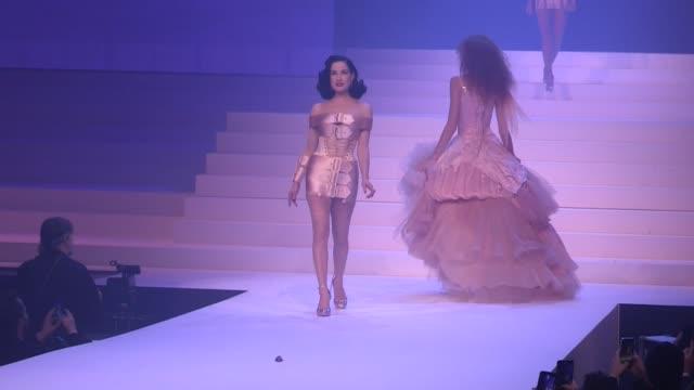 vidéos et rushes de demi-mondaine, karen elson, dita von teese, irina shayk, liu wen, josephine le tutour and more on the runway for the gaultier paris collection haute... - fashion show