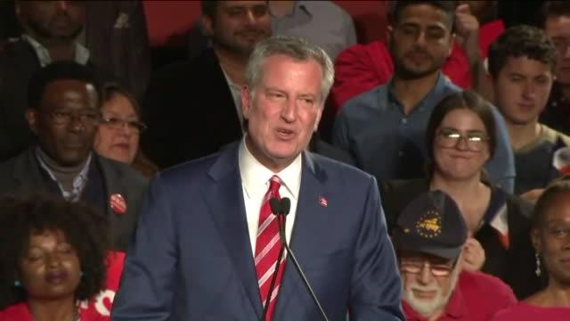 democrat bill de blasio wins re-election as new york city mayor. - ビル・デ・ブラシオ点の映像素材/bロール