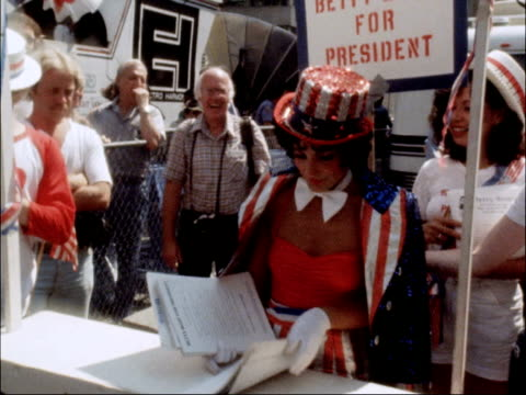 vídeos de stock e filmes b-roll de day 3 usa new york madison square garden ext group of democrat supporters singing song outside convention building sot woman in betty boop costume... - partido democrático eua