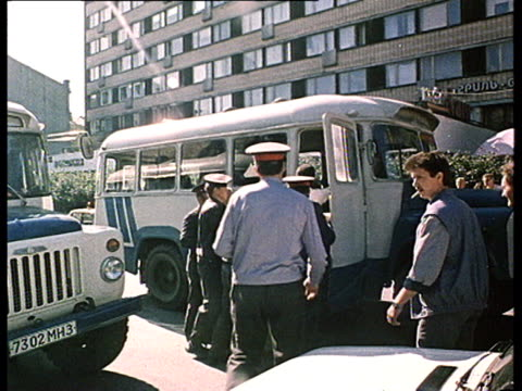 """vídeos de stock e filmes b-roll de democrat demonstrations, first """"perestroika"""" meetings in moscow : pushkin's square, gorky street, police force, camera crew and photographers amongst... - anticomunismo"""