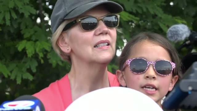 stockvideo's en b-roll-footage met democratic 2020 presidential candidate elizabeth warren visits homestead facility for migrant children in florida - presidentskandidaat