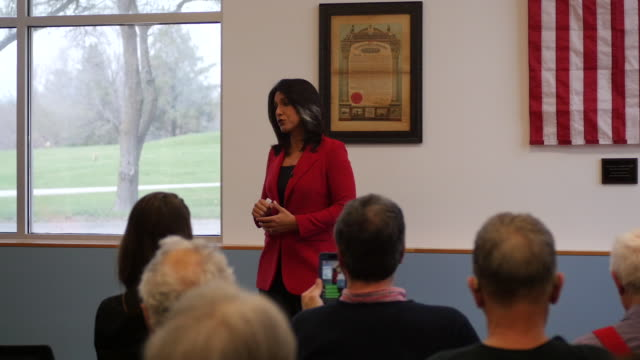 stockvideo's en b-roll-footage met democratic candidate for president of the united states tulsi gabbard of hawaii speaks to veterans during a campaign stop at carpenters union local... - presidentskandidaat