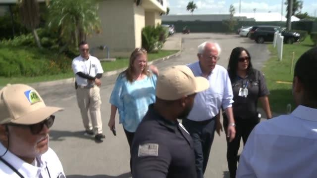 stockvideo's en b-roll-footage met democratic candidates in the 2020 presidential campaign bernie sanders and beto o'rourke pay a visit to a detention facility in homestead florida to... - presidentskandidaat