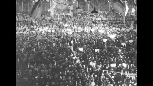 vídeos de stock e filmes b-roll de democratic national convention / democratic party politician franklin d roosevelt addresses the convention nominating al smith / overhead crowded... - al smith