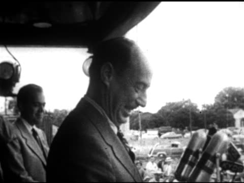 vidéos et rushes de democratic nominee for president governor adlai stevenson waving from platform tu stevenson speaking from platform w/ microphones fg - 1952