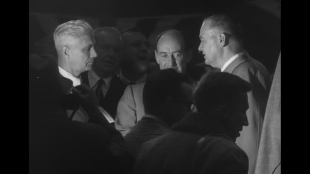 vidéos et rushes de democratic party presidential candidate adlai stevenson at madison square garden / stevenson on stage with flowers laughing and talking with men /... - adlai stevenson