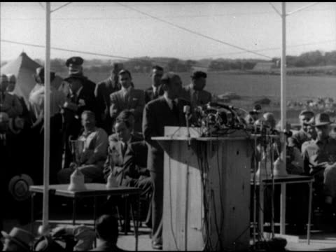 vidéos et rushes de s democratic presidential candidate adlai stevenson ii at podium speaking about protecting agricultural workers people at rally clapping cheering... - adlai stevenson