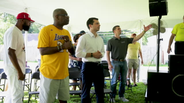 stockvideo's en b-roll-footage met democratic presidential candidate and south bend indiana mayor pete buttigieg attends a community building event hosted by christ temple apostolic... - gospelmuziek