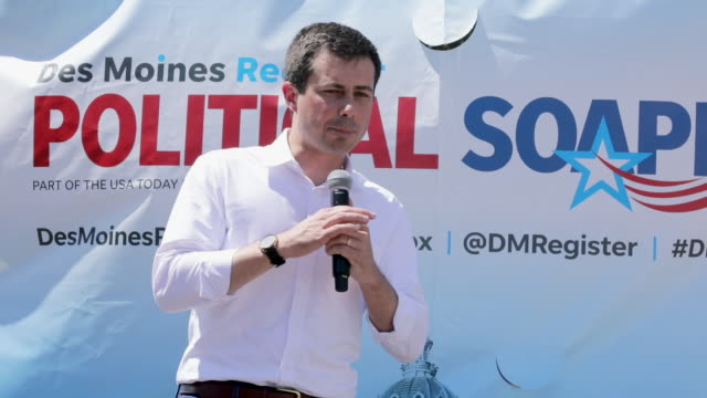 vídeos de stock e filmes b-roll de democratic presidential candidate and south bend indiana mayor pete buttigieg delivers a 20 minute campaign speech at the des moines register... - des moines iowa