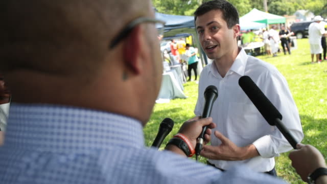 stockvideo's en b-roll-footage met democratic presidential candidate and south bend indianamayor pete buttigieg speaks to the press before leaving a community building event hosted by... - gospelmuziek