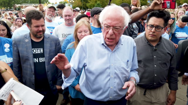 vídeos de stock, filmes e b-roll de democratic presidential candidate andsen. bernie sanders talks to journalists after arriving at the iowa state fair august 11, 2019 in des moines,... - bernie sanders