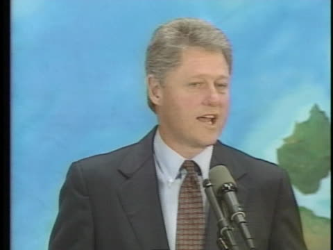 vídeos de stock, filmes e b-roll de us democratic presidential candidate bill clinton of arkansas criticizes us president george h w bush for suggesting at the earth summit that... - (war or terrorism or election or government or illness or news event or speech or politics or politician or conflict or military or extreme weather or business or economy) and not usa