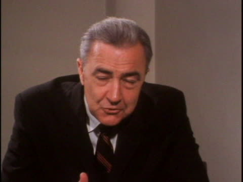 vidéos et rushes de democratic presidential candidate eugene mccarthy discusses why he's running for president. there is bust shot of eugene mccarthy sitting down... - eugene j. mccarthy