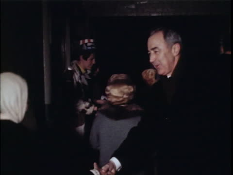 vidéos et rushes de democratic presidential candidate eugene mccarthy greets women. there is an opening closeup shot of a hand extended and shaking other hands. there is... - eugene j. mccarthy