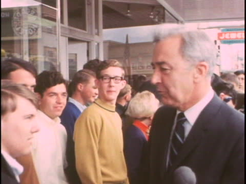 vidéos et rushes de democratic presidential candidate eugene mccarthy shakes hands with young people. there is an opening bust shot of eugene mccarthy with people... - eugene j. mccarthy