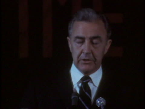 vidéos et rushes de democratic presidential candidate eugene mccarthy speaks about a divided democratic party during a campaign rally in oregon. there is an opening shot... - eugene j. mccarthy