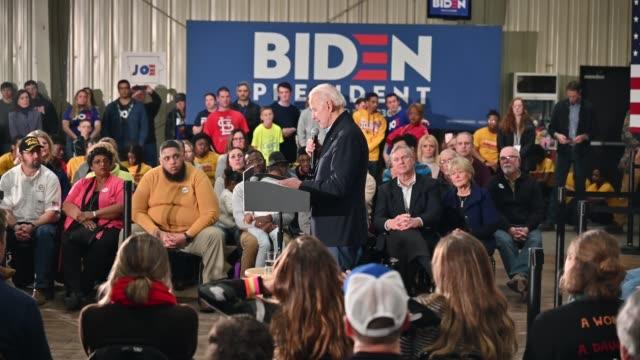 democratic presidential candidate former vice president joe biden speaks during a campaign stop on february 1, 2020 in waterloo, iowa. - 副代表点の映像素材/bロール