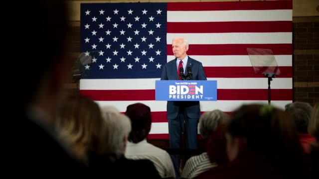 vidéos et rushes de democratic presidential candidate former vice president joe biden speaks to guests during a campaign stop at the rivercenter on october 16, 2019 in... - élection