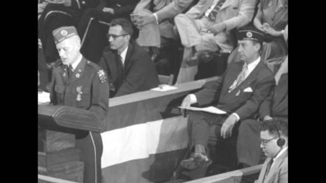 vidéos et rushes de democratic presidential candidate gov adlai stevenson and other officials of american legion standing on speaker's platform in madison square garden... - adlai stevenson