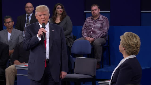 democratic presidential candidate hillary clinton and republican presidential candidate donald trump at town meeting format second presidential... - foro video stock e b–roll