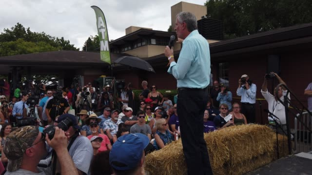 democratic presidential candidate new york city mayor bill de blasio delivers campaign speech at the des moines register political soapbox at the... - ビル・デ・ブラシオ点の映像素材/bロール