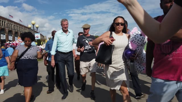 democratic presidential candidate new york city mayor bill de blasio greets people as he walks on the fairground after he delivered campaign speech... - ビル・デ・ブラシオ点の映像素材/bロール