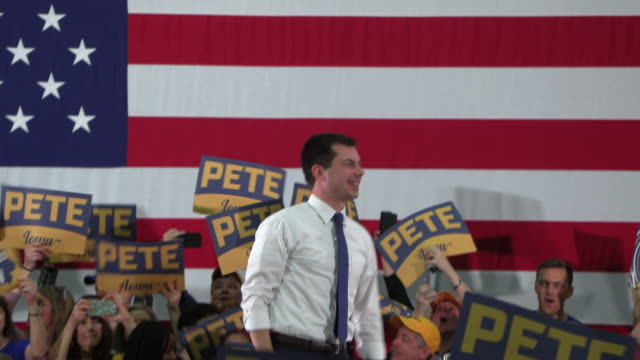 democratic presidential candidate pete buttigieg speaks to supporters at des moines lincoln high school on sunday, feb. 2 in des moines, iowa. - demokratie stock-videos und b-roll-filmmaterial