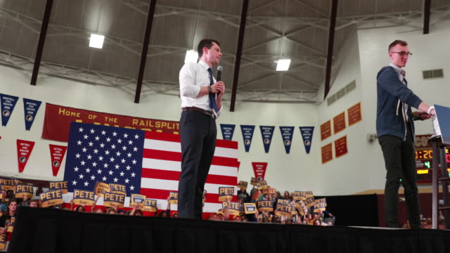 vídeos de stock e filmes b-roll de democratic presidential candidate pete buttigieg speaks to supporters at des moines lincoln high school on sunday, feb. 2 in des moines, iowa. - cargo governamental