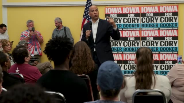 vídeos de stock e filmes b-roll de democratic presidential candidate sen cory booker speaks to guests during a black caucus reception hosted by the iowa democratic party at the polk... - des moines iowa