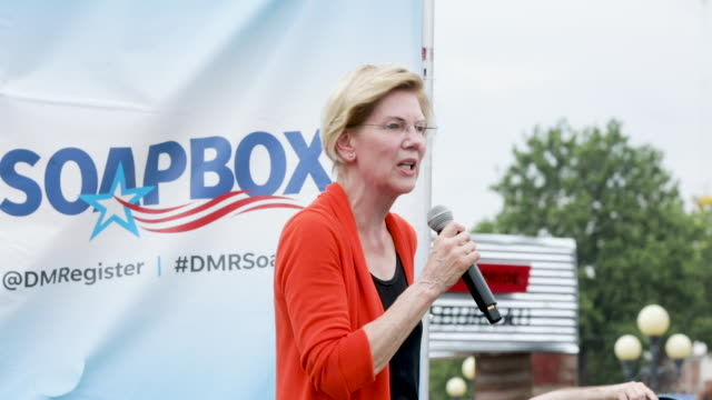 vídeos de stock e filmes b-roll de democratic presidential candidate sen elizabeth warren delivers a 20minute campaign speech at the des moines register political soapbox at the iowa... - feira agrícola
