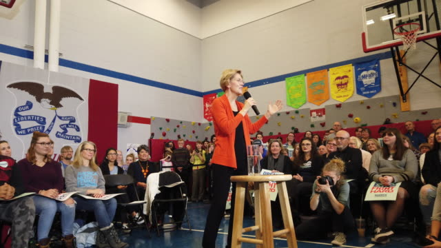 vídeos y material grabado en eventos de stock de democratic presidential candidate sen. elizabeth warren speaks to guests during a campaign stop at fisher elementary school on january 12, 2020 in... - democracia