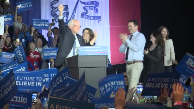 vidéos et rushes de who democratic presidential candidate senator bernie sanders delivered remarks at his iowa caucus night party in des moines on february 1 2016 - démocratie