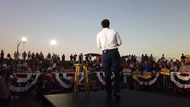 democratic presidential candidate, south bend, indiana mayor pete buttigieg speaks during a campaign stop on september 23, 2019 in dubuque, iowa.... - アイオワ州点の映像素材/bロール