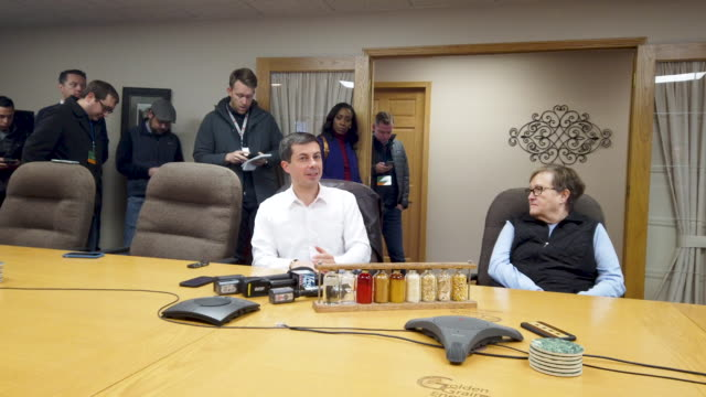 democratic presidential candidate south bend, indiana mayor pete buttigieg listens to a presentation following a tour of the golden grain energy... - アイオワ州点の映像素材/bロール