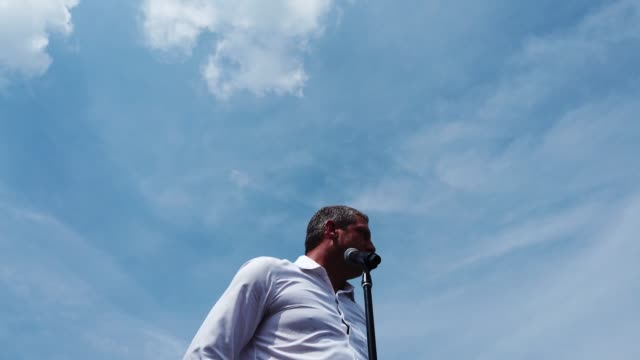 vidéos et rushes de democratic presidential candidate u.s. rep. tim ryan delivers campaign speech at the des moines register political soapbox at the iowa state fair on... - nomination