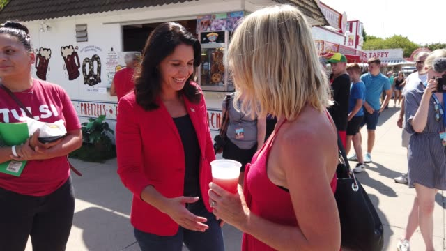 vídeos de stock e filmes b-roll de democratic presidential candidate us rep tulsi gabbad greets voters after she delivered campaign speech at the des moines register political soapbox... - feira agrícola