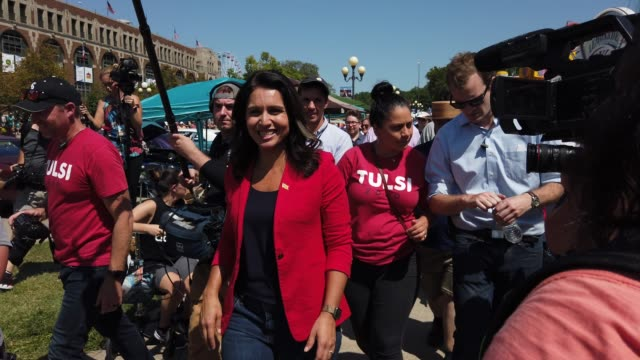 vidéos et rushes de democratic presidential candidate u.s. rep. tulsi gabbard is surrounded by members of the media after she delivered campaign speech at the des moines... - nomination