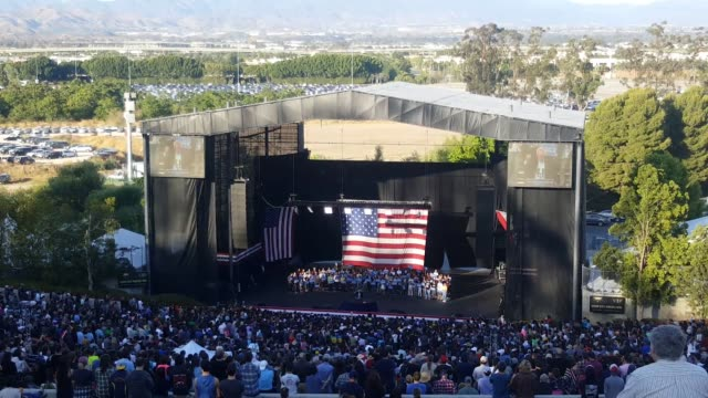 """democratic presidential hopeful bernie sanders brought his campaign against what he calls a """"rigged"""" economy and political system to a nearly full... - irvine verwaltungsbezirk orange county stock-videos und b-roll-filmmaterial"""