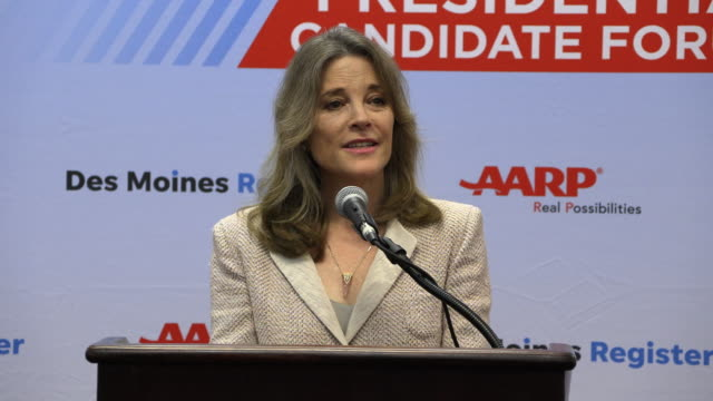 stockvideo's en b-roll-footage met democratic presidential hopeful marianne williamson answers a question about the large number of democratic candidates during a press gaggle after... - presidentskandidaat