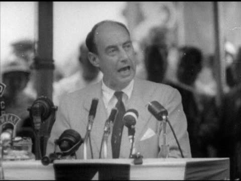 vidéos et rushes de democratic presidential nominee governor adlai stevenson ii speaking about being a 'captive' of various groups people watching campaign political... - adlai stevenson